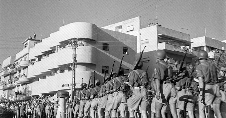 מצעד צבאי משנת 1948 מול בית המרקחת
